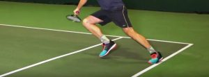 Ein Tennisschuh schützt vor dem Umknicken. Das haben wir im Tennisschuhe Test berücksichtigt.